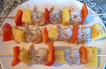 Photo of shrimp brochettes ready to grill / www.super-seafood-recipes.com