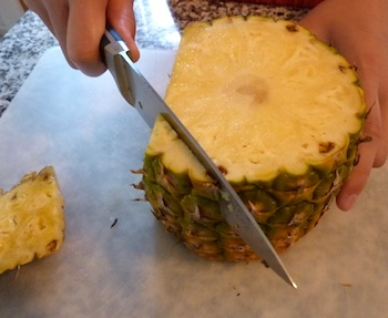 Picture of how to cut a fresh pineapple / www.super-seafood-recipes.com